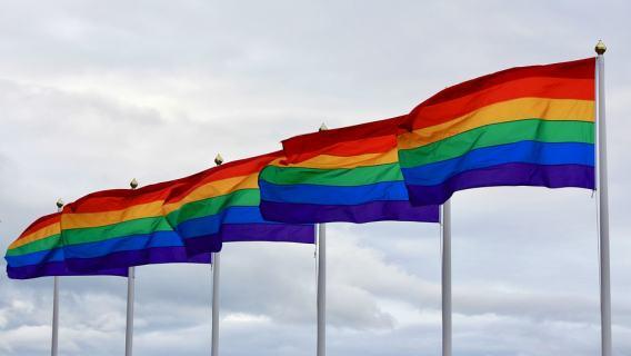 Karta LGBT Plus legalizuje pedofilię? Obalamy mity, powielane w prawicowej prasie