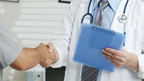 Czy można ufać lekarzom z reklam? Większość z nich nie jest specjalistami