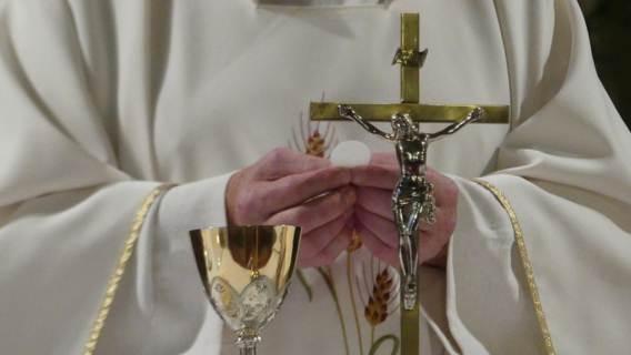 Ile naprawdę zarabiają księża w Polsce? Panuje wiele mitów