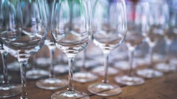 Lampka wina nie zaszkodzi? Naukowcy udowodnili, że bezpieczna dawka alkoholu w kwestii raka jednak nie istnieje