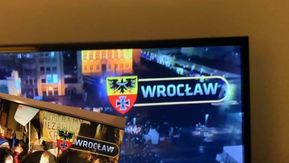 Błąd w relacji TVN24 z protestów we Wrocławiu. Pokazano wprowadzony przez nazistów herb miasta z okresu II wojny światowej