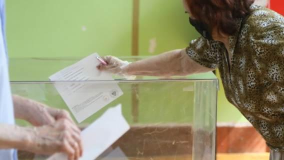 Seniorzy podczas głosowania wyborczego