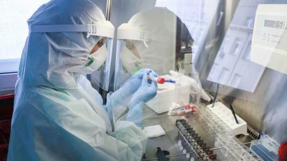 NFZ zabiera pieniądze szpitalom, które walczyły z koronawirusem. Czy ma do tego prawo?