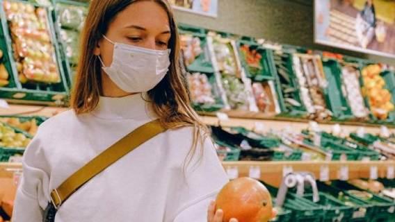 Kobieta w maseczce chroniącej przed koronawirusem.