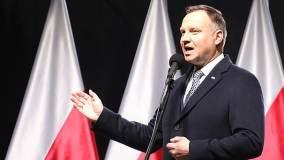 Andrzej Duda na tle polskiej flagi