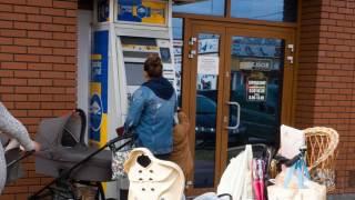 Kobieta przy bankomacie Euronet