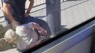 Mężczyzna zakuty w kajdanki w związku z atakiem na policjantkę przy pętli Wilanowska.