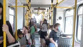 Pasażerowie komunikacji miejskiej w maseczkach.