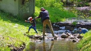 Dzieci bawiące się z ojcem.