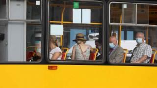 Pasażerowie w tramwaju z założonymi maskami.