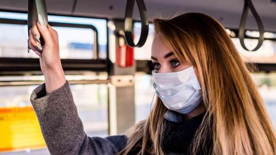 Maski z filtrem i przyłbice. Naukowcy pokazali, dlaczego się nie sprawdzają
