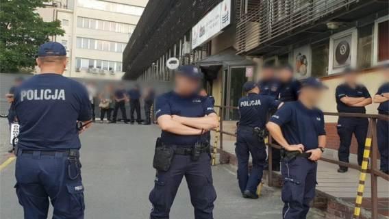 Policjanci przed siedzibą PiS
