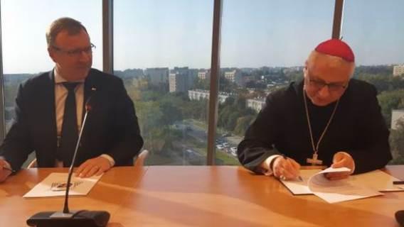 Podpisywanie umowy między TVP a episkopatem.