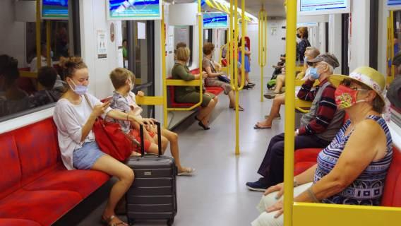 Koronawirus – pasażerowie w tramwaju w maseczkach