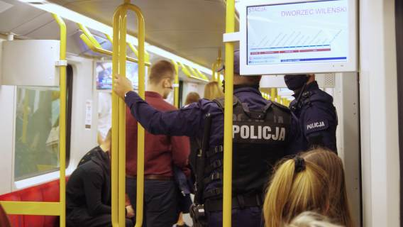 Policja w tramwaju.