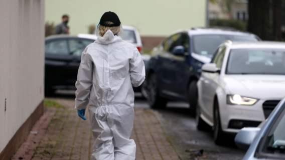Koronawirus: kobieta w kostiumie i maseczce ochronnej