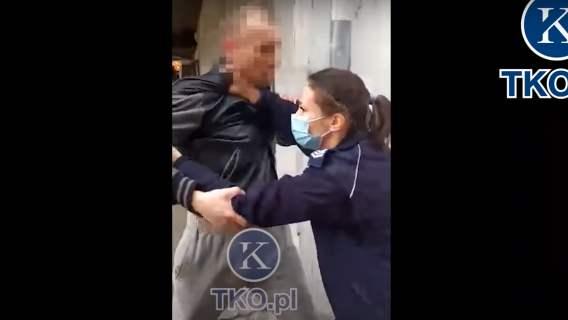Giżyck: policjantka zatrzymuje mężczyznę bez maseczki